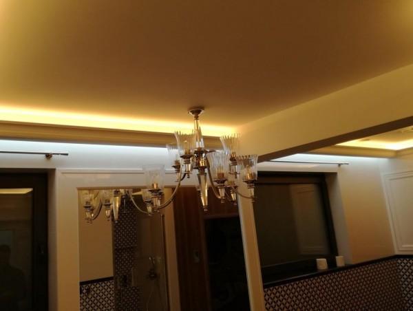 Oświetlenie gzymsów w domu wg. arch. Anny Tymińskiej