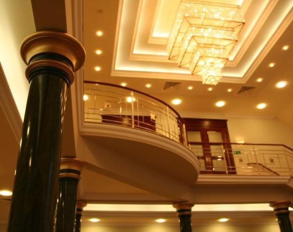 Oświetlenie foyer restauracji domu pogrzebowego w Łomży wg. arch. Przemysława Adamowskiego