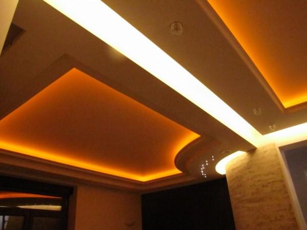 Oświetlenie w gzymsie - prywatna rezydencja