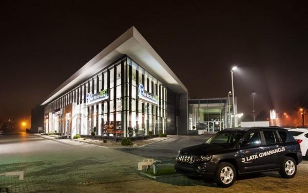 Iluminacja zewnętrzna salonu samochodowego BMW